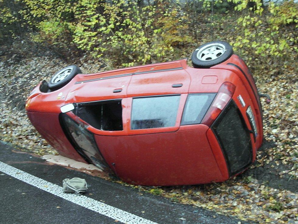 Fiat Punto, řízeny 29letým mužem z Prahy, se po nárazu do břehu převrátil na střechu mezi obcemi Plavy a Držkov. Při nehodě ve sváteční den se těžce zranila spolujezdkyně.