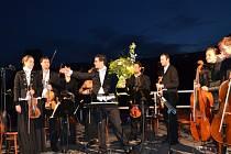 Komorní orchestr Quattro pod taktovkou Marka Štilece, kterého přivezli vodní záhraníři na člunu, zahrál přímo z mola na hladině jablonecké přehrady.