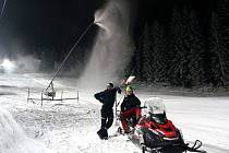 """""""Snowmejkři"""" z Tanvaldského Špičáku. I v tomto areálu, který provozuje Ski BIŽU jedou v posledních pár dnech díky mrazům sněžná děla naplno:"""
