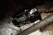 Land Rover vyvrátil sloup elektrického vedení.