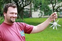 Výroba perličkových vánočních ozdob je unikátem, který dělají na celém světě pouze v krkonošské Poniklé. Majitel firmy Rautis Marek Kulhavý zapojuje do díla na lákavé třpytivé kráse lidi z obce, kteří se tak výrazně podílejí na originálních produktech.
