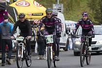 Na snímku jsou jezdci jabloneckého oddílu Eleven – Rubena test team. Uprostřed je dvojice Petr Novotný – Jan Pithart, kteří závod absolvují na tandemovém kole.