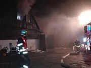 Hasiči zasahovali 17. listopadu u požáru Šámalovy chaty v Bedřichově na Jablonecku. Na místo vyjel i SHD Janov nad Nisou.