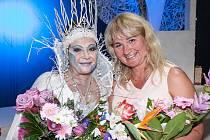 Olga Kopalová Rynešová s Dagmar Patrasovou při premiéře Sněhové královny. Jablonecká firma Šenýr vytvářela koruny pro role královen.