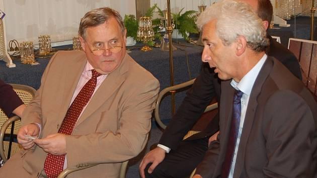 Valerij Ščetinin (vlevo) pohovořil s generálním ředitelem Preciosy Stanislavem Kadlecem i o historii a současnosti česko ruských obchodních vztahů. Konzula Ruské federace zajímaly lustry.