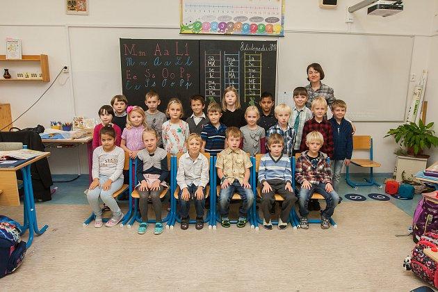 Prvňáci z1. B Základní školy Železný Brod, Školní 700se fotili do projektu Naši prvňáci. Na snímku je snimi třídní učitelka Šárka Šírová.