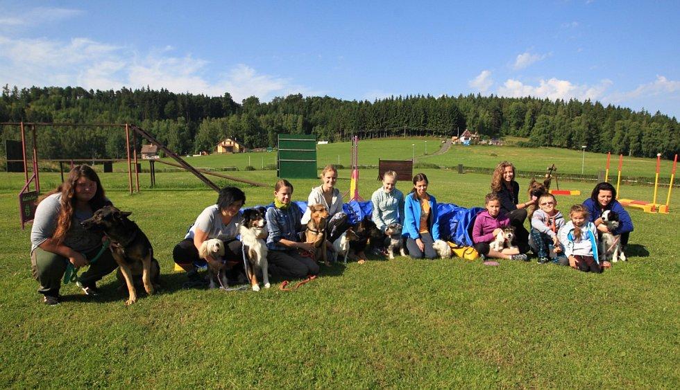 Parta dětí se svými čtyřnohými kamarády právě v těchto dnech tráví výcvikový tábor na kynologickém cvičišti v Lukášově