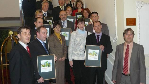 Zástupci oceněných měst a obcí v krajském kole soutěže Zlatý erb.
