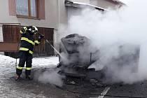 Hasiči likvidovali požár auta.