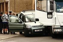 Kolem poledního se srazil osobní vůz s nákladním na křižovatce ulic Pražská a V Aleji.
