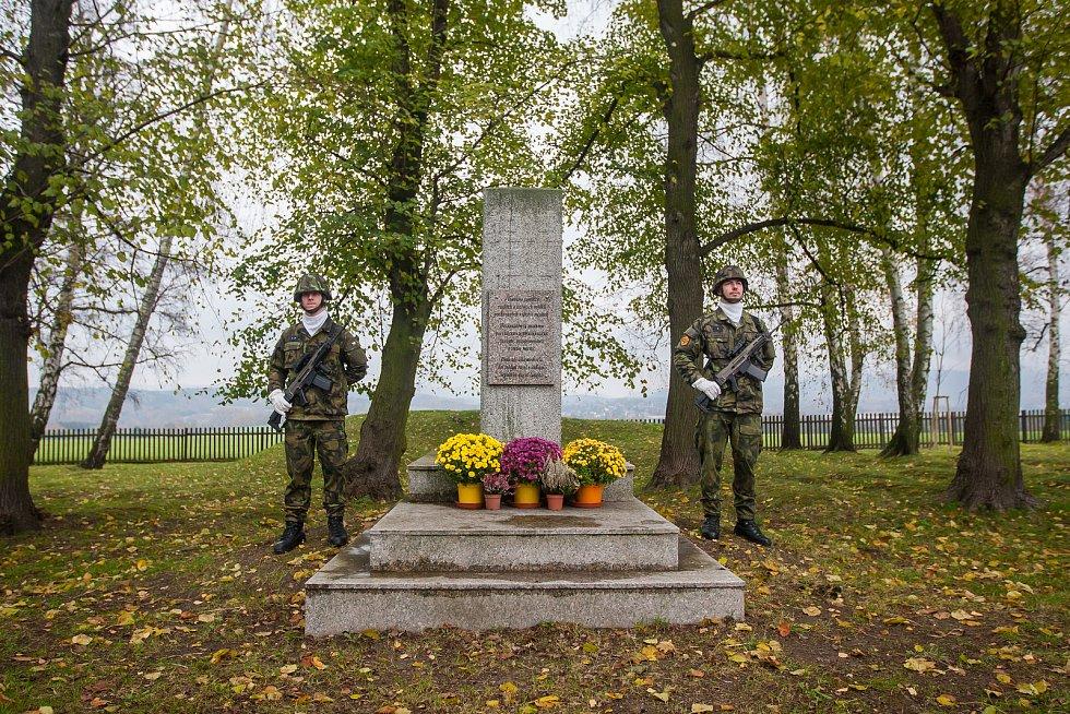 Na snímku je pietní akt na vojenském hřbitově zajateckého tábora v Ostašově.