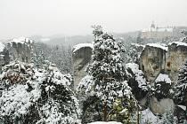 Hruboskalsko. Ovšem nejmalebnější částí zůstává podle patriotů skalní město v okolí zámku Hrubá Skála (na snímku z Mariánské vyhlídky).