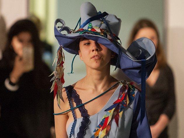 Módní přehlídka semestrálních prací studentů Katedry designu při Technické univerzitě v Liberci zahájila 16. ledna výstavu Textil a oděv v Galerii N v Jablonci nad Nisou.