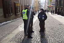 Strážníci hovoří s mladistvým