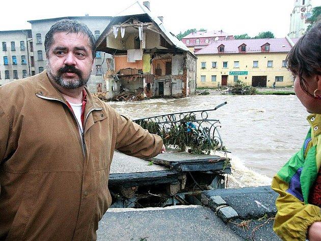 Chrastava v sobotu vpodvečer, krátce poté, co opadla nejvyšší voda. Obyvatelé a starosta M. Canov obhlížejí škody, mezi největší patří stržený most v centru města a zřícená polovina činžovního domu.