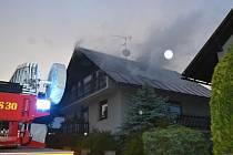 Hořící rodinný dům ve Mšeně