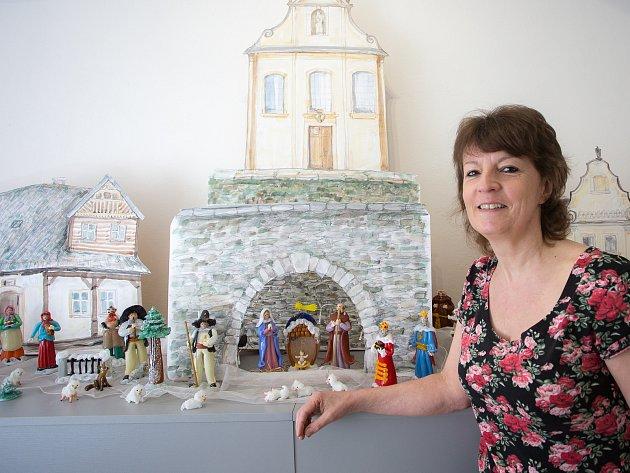 Alena Kortanová ve svém Minimuzeu skleněných betlémů.