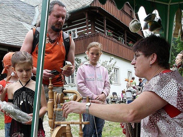 Na Bělišti v Železném Brodě proběhl den starých řemesel. K vidění zejména pro děti byl například kovář nebo přadlena. Většinu věcí si mohli návštěvníci vyzkoušet i na vlastní kůži.