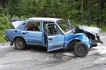 Řidič jel nepřiměřeně rychle, při výjezdu z pravotočivé zatáčky v Mříčné dostal smyk, který nezvládl, a narazil s autem Škoda 105 do stromu.