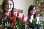 V Mateřském centru Jablíčko vyráběly maminky adventní věnce s floristkou.
