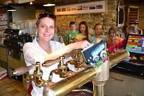 Světoběžníka ale i limonádu natočí půvabná výčepní v restauraci v areálu U Čápa. Posedíte ve stylové restauraci nebo na terase. Rozhledna je hned vedle.