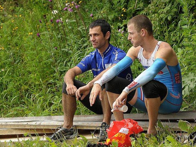 V okolí Albrechtic v Jizerských horách se tuto sobotu konal již 6. ročník kvadriatlonu Jizerskohorský muž. Na snímku nejlepší dva závodníci odpočívají po svém doběhu.