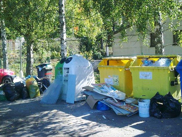 Nepořádek na stanovištích tříděného odpadu.