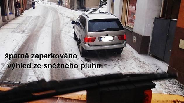 Ukázka špatně zaparkovaného vozu z pohledu sněžného pluhu.