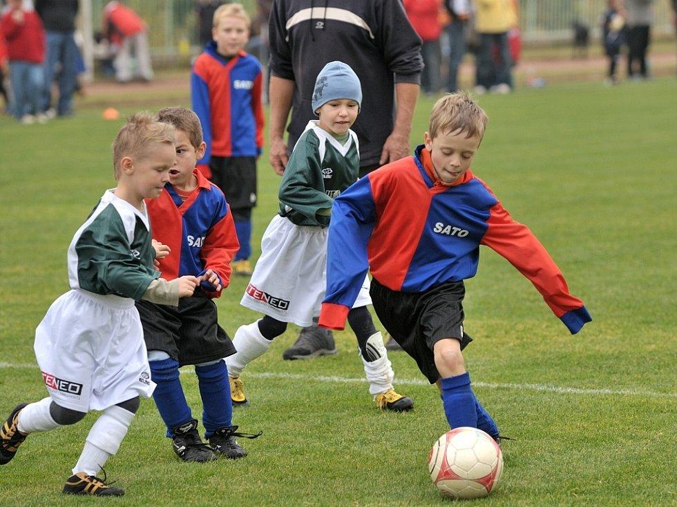 V Tanvaldě se v sobotu konal další turnaj minižáků v kopané, kterého se zúčastnilo celkem 10 týmů z Jablonecka. Snímek je z utkání Jiskry Tanvald (v modročerveném) s FK Pěnčín, ve kterém Tanvaldští zvítězili 1:0.