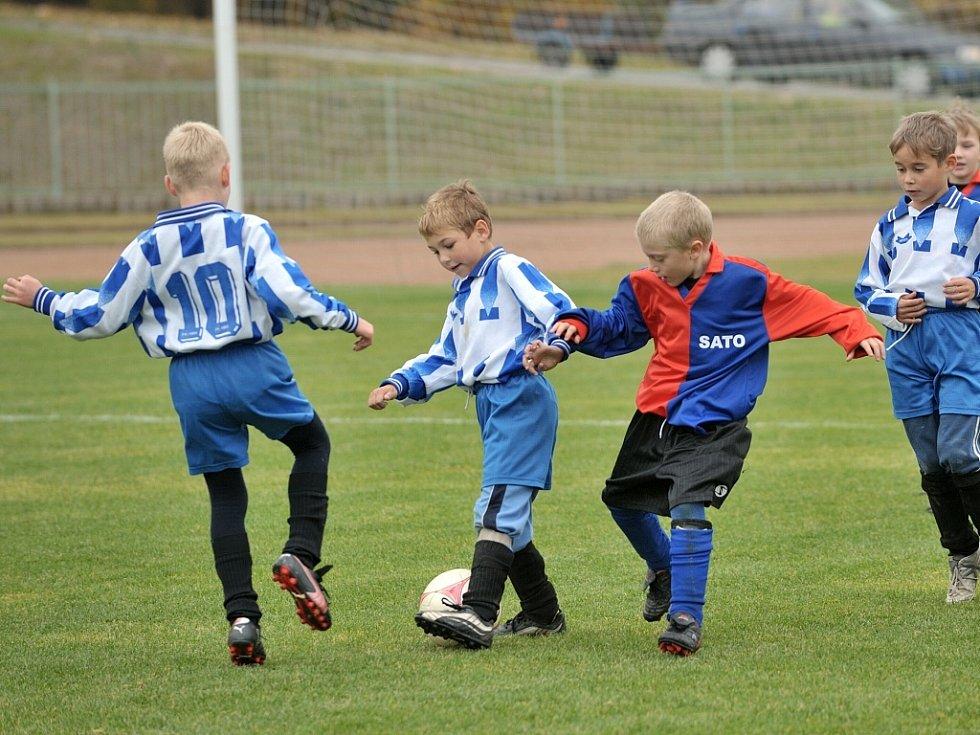 V Tanvaldě se v sobotu konal další turnaj minižáků v kopané, kterého se zúčastnilo celkem 10 týmů z Jablonecka. Snímek je z utkání Jiskry Tanvald (v modročerveném) s FK Velké Hamry,  ve kterém Hamrovští zvítězili 2:1.