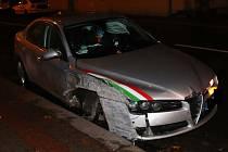 Utrženým kolem a nabouranými dalšími dvěma auty skončila jízda mladého řidiče na mokré silnici.