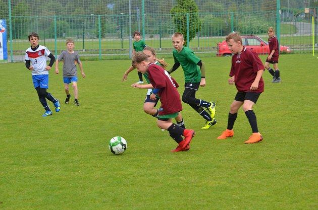 Žáci ze ZŠ Mozartova vyhráli kategorii mladších a zúčastní se finále vLiberci. Radost měl organizátor Michal Polman, který je zástupcem ředitele této školy a také Vojta Kubista (vlevo), prvoligový hráč FK Jablonec.