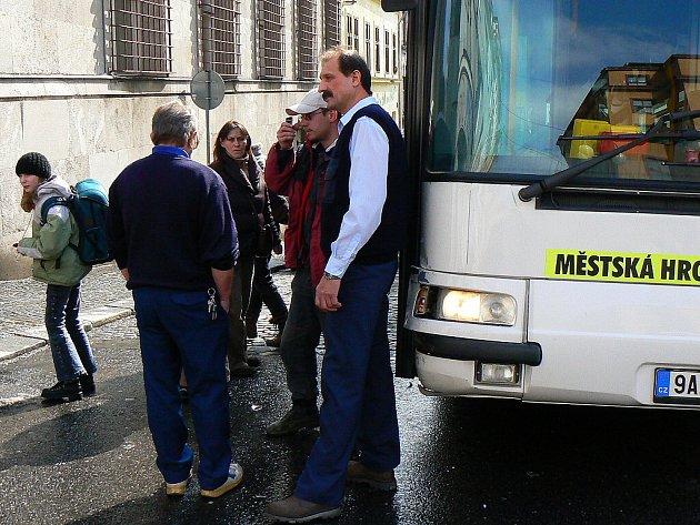 Policie hledá svědky nehody. Ve středu po jedné hodině odpoledne došlo v Kamenné ulici k nehodě mezi osobním vozidlem Ford Escort a autobusem MHD.