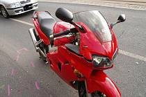 V ulici Budovatelů v Jablonci se srazil motocykl s automobilem.