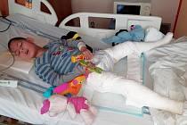 Ondrášovi je osm let a kvůli operacím potřebuje sedačku, kočárek a rehabilitace.