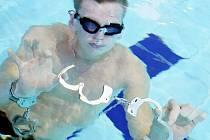 Troje policejní pouta otevřel pod vodou v jabloneckém bazénu kouzelník a iluzionista Zdeněk Bradáč z Jablonce nad Nisou za 38,69 sekundy a zapsal se tak do Guinessovy knihy rekordů.