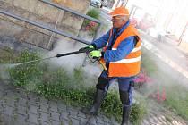 Radnice zkouší hubit plevel pomocí páry.
