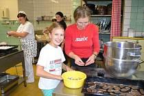 Starostka Harrachova už cukroví na adventní setkání v obci doma nepeče, pomoc jí nabídli ve školní kuchyni.