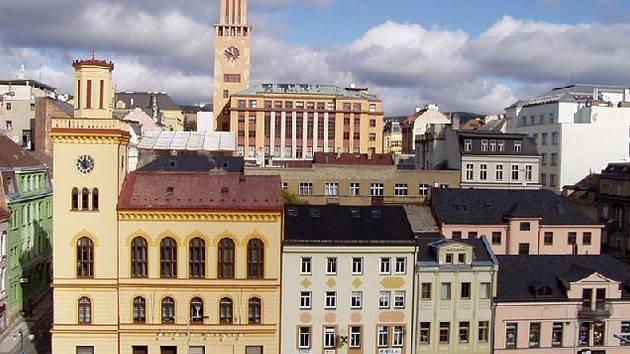 Dolní náměstí v Jablonci, v pozadí věž radnice.