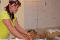 Na detoxikační medové masáže si nyní už jen občas zajde Markéta Jandová, které masáž pomohla při chronickém zánětu močových cest. Medová kúra je vhodná při akutních stavech, nemoci i jako prevence. Masérka Eliška Salabová se zabývá masážemi už deset let
