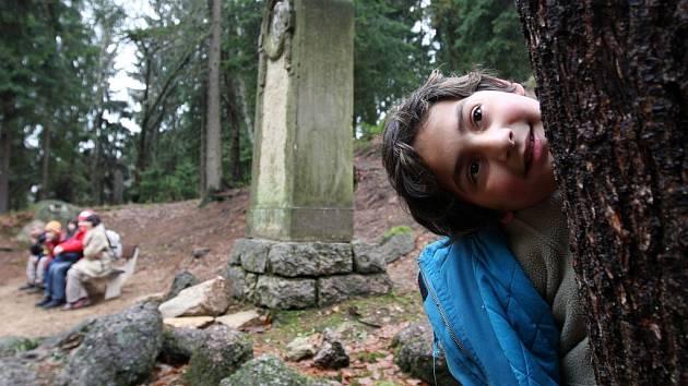 Děti z tanvaldské základní školy Údolí Kamenice se podílely obrovskou měrou na zkulturnění okolí pomníku básníka T. Körnera