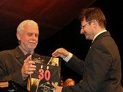 Sbormistr Vítězslav Čapek přebírá šampaňské od starosty Tomáše Hocke k třicetinám sboru.