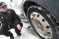 I strážníci kontrolují zimní obutí.