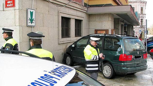 SEAT V RADNICI. Kolemjdoucí se nestačili divit, jak k této nehodě došlo. Jednoduše – auto se centrem řítilo bez řidiče.