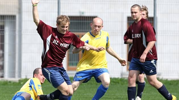 Tým Albrechtic ve středu porazil Josefův Důl (ve žlutých dresech) 4:0.