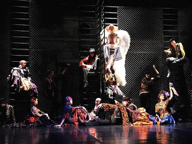 Severočeské divadlo opery a baletu z Ústí nad Labem hostuje s představením Cikánské kořeny(í) v jabloneckém Městském divadle v úterý 23. února.