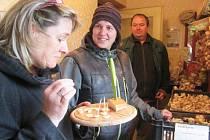 Alena Mihulkova s Janem Hradeckým, kteří pěstují hned několik odrůd česneku v Bělé u Libštátu, také požádali o dotace. Jejich produkci ochutnává krajská radní Ivana Hujerová.
