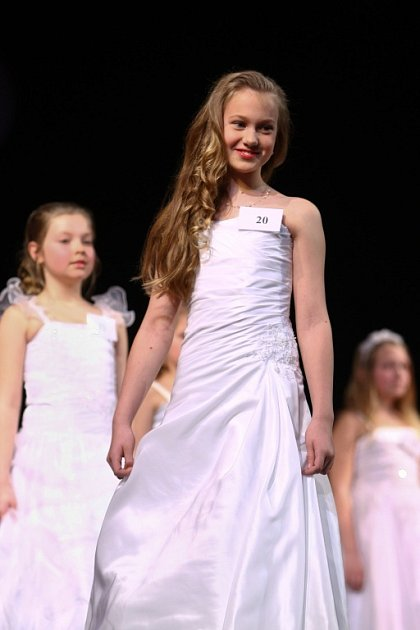 Vnovoborském divadle se vsobotu vpodvečer odehrálo finále soutěže Sluníčko deníku. Zobou krajů vyslal každý okres dvě dívenky, soutěžilo dvacet mladých slečen.