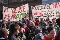 Nejen studenti, ale také obyvatelé města a okolí protestovali ve středu 9. března za zachování jilemnického gymnázia.