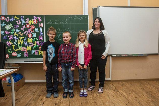 Prvňáci ze Základní školy Kořenov se fotili do projektu Naši prvňáci. Na snímku je snimi třídní učitelka Kateřina Vondrová.